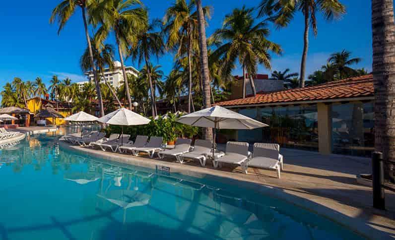 pool-at-holiday-inn-resort-ixtapa-all-inclusive2